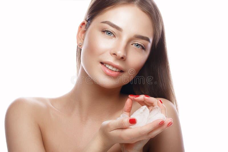 有轻的自然构成、冰和完善的皮肤的美丽的女孩 秀丽表面 免版税图库摄影