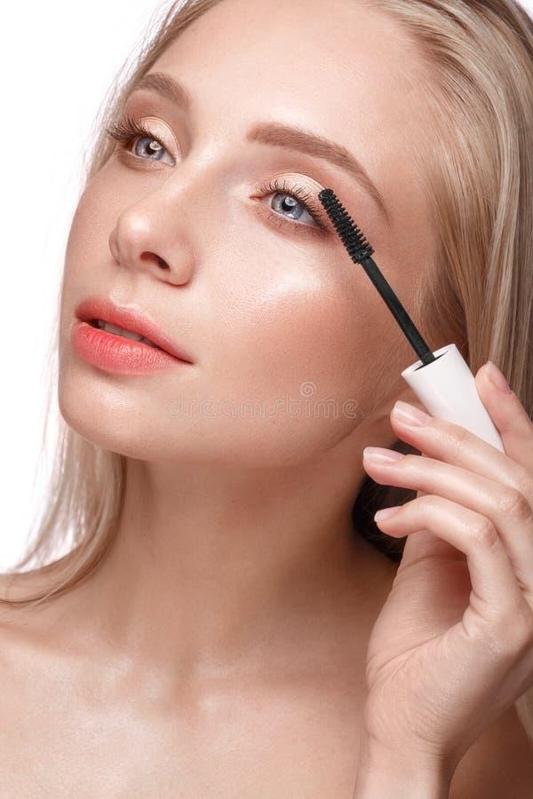 有轻的自然构成、染睫毛油和裸体修指甲的美丽的少女 秀丽表面 免版税图库摄影