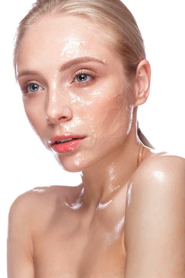 有轻的自然构成的美丽的女孩和完善湿皮肤 秀丽表面 免版税库存图片