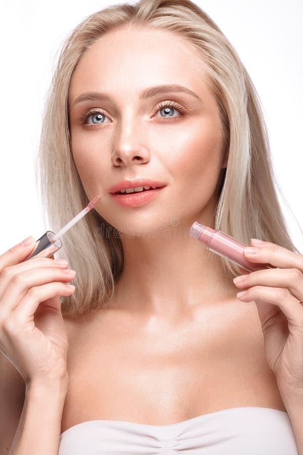 有轻的自然构成的美丽的女孩,唇膏和裸体修剪 秀丽表面 库存照片