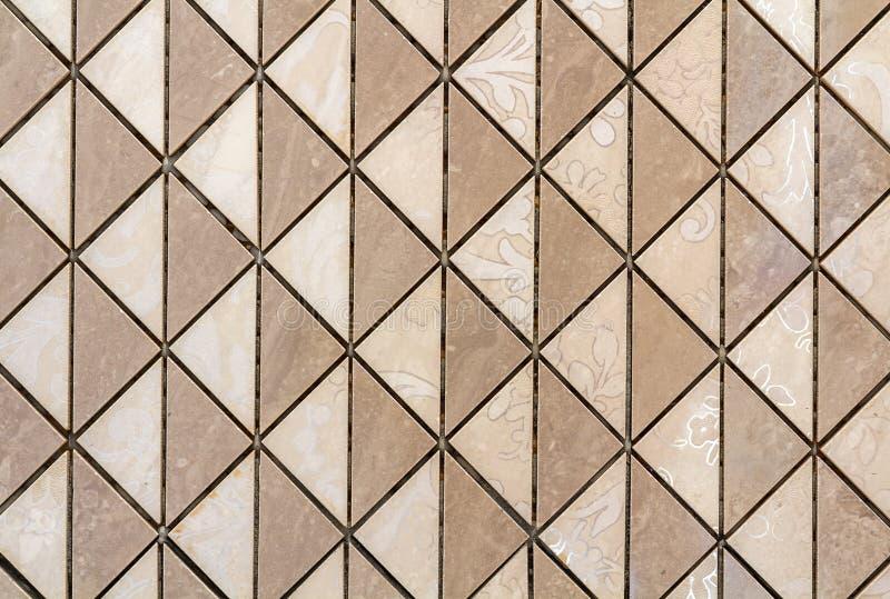 有轻的花卉装饰的米黄瓦片墙壁或地板 重复图形设计,平面,几何背景 免版税库存图片