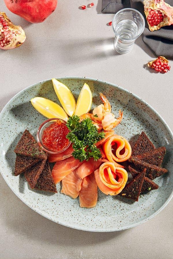 有轻盐味的三文鱼的鱼盛肉盘 免版税库存图片
