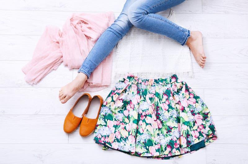 有辅助部件和女性腿的时髦的成套装备在白色木背景 顶视图和拷贝空间 嘲笑 夏天衣裳 库存照片