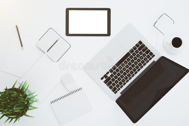 有辅助部件和膝上型计算机的空白的白色数字式片剂屏幕 图库摄影
