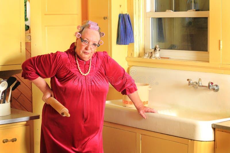 有辗压笔的脾气坏的资深老婆婆 免版税库存图片