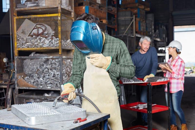 有辛苦防护服装的产业焊工 免版税库存照片