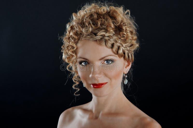 有辫子发型的美丽的少妇 免版税库存照片