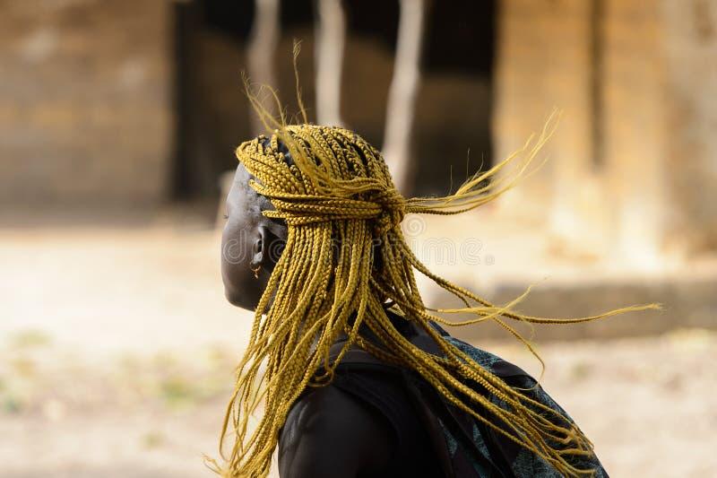 有辫子的未认出的地方妇女沿街道进来 库存图片