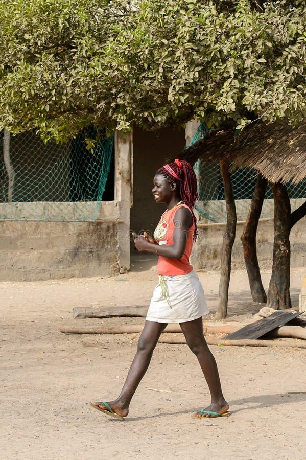 有辫子的未认出的地方妇女沿街道进来 图库摄影