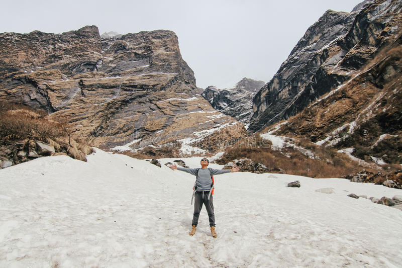有迁徙在山的背包的人 冷气候,在小山的雪 高涨魔术其它短小冬天木头 免版税库存照片