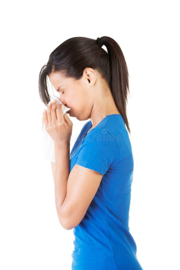 有过敏或寒冷的青少年的妇女 库存照片