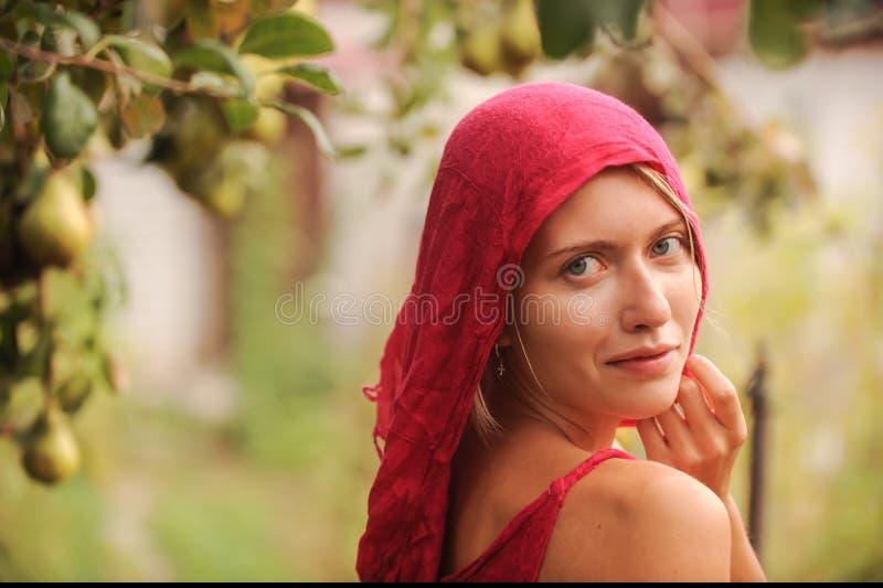 有运作在农场的蓝眼睛的俄国秀丽金发碧眼的女人 俄国秀丽的概念 库存图片
