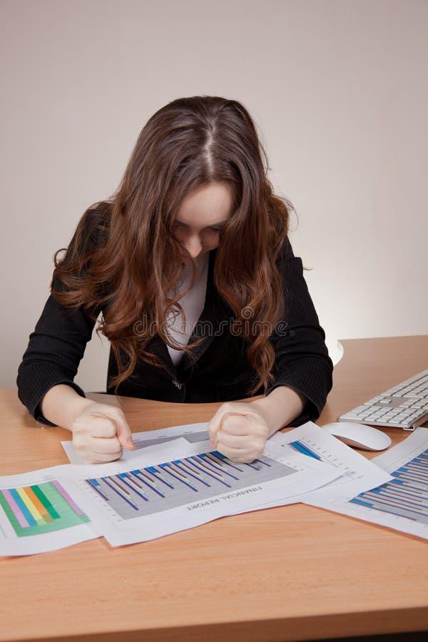 有运作在办公室的财政报告的上司 免版税图库摄影