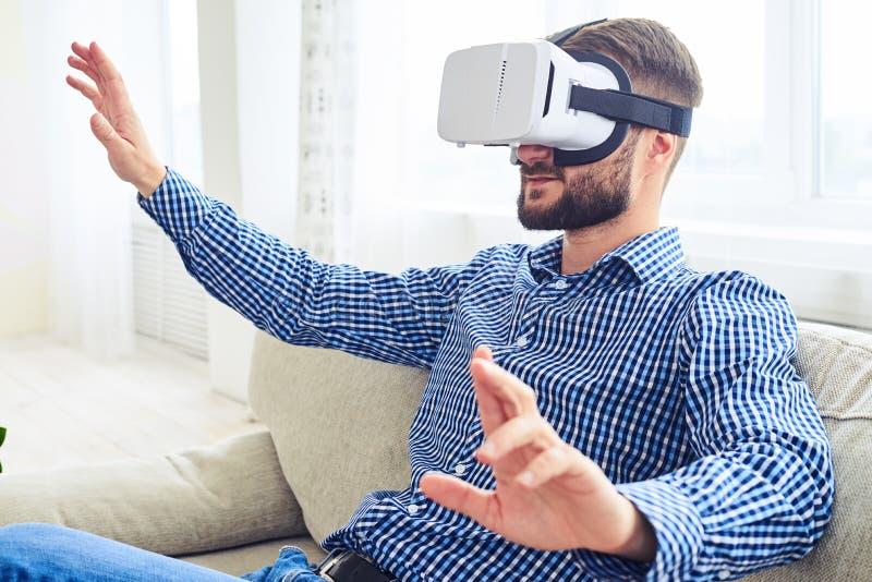 有运作在虚拟现实gla的胡子的被集中的绅士 免版税库存照片