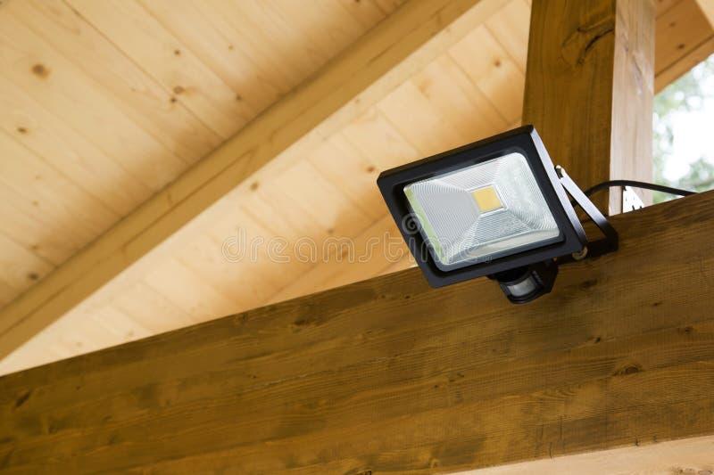 有运动传感器的被带领的放映机在室外车棚 免版税库存图片