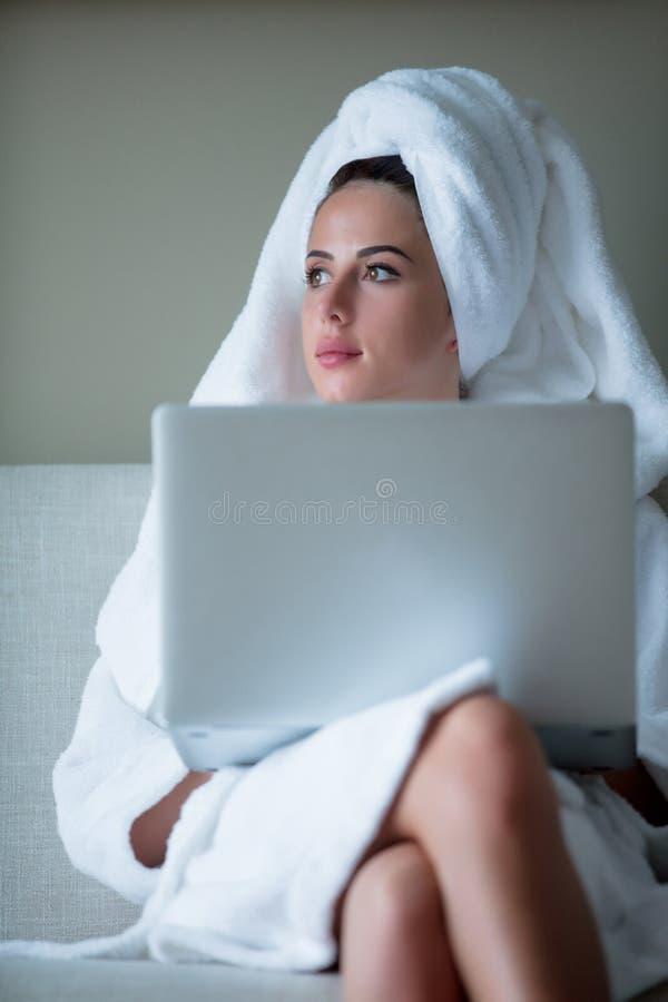 有运转在旅馆里的笔记本的女实业家 免版税库存图片