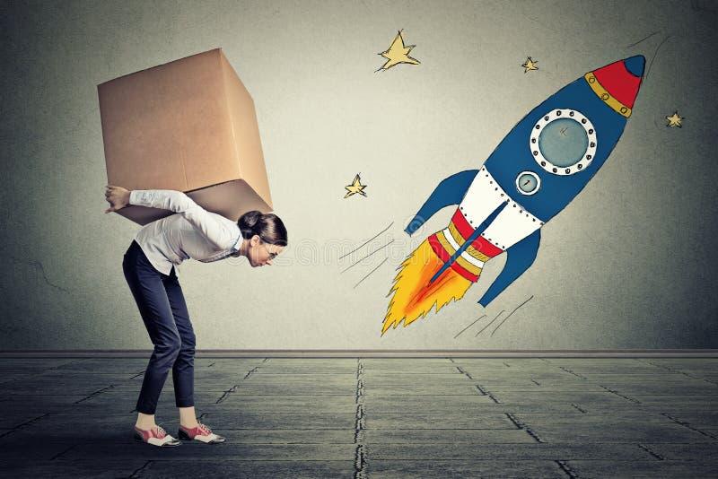 有运载大箱子的大目标的妇女 事业挑战目标概念 免版税图库摄影