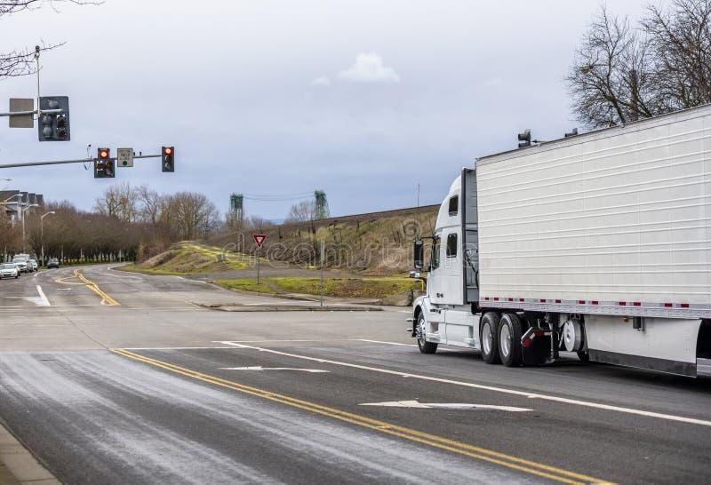 有运输在城市道路的半收帆水手拖车的大半船具卡车冷冻食品 免版税图库摄影