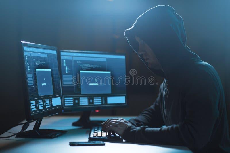有进展载重梁的黑客在计算机上 库存图片