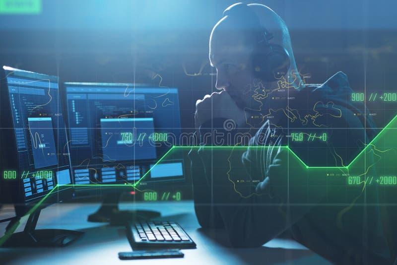有进展酒吧的黑客在计算机上在暗室 免版税库存图片