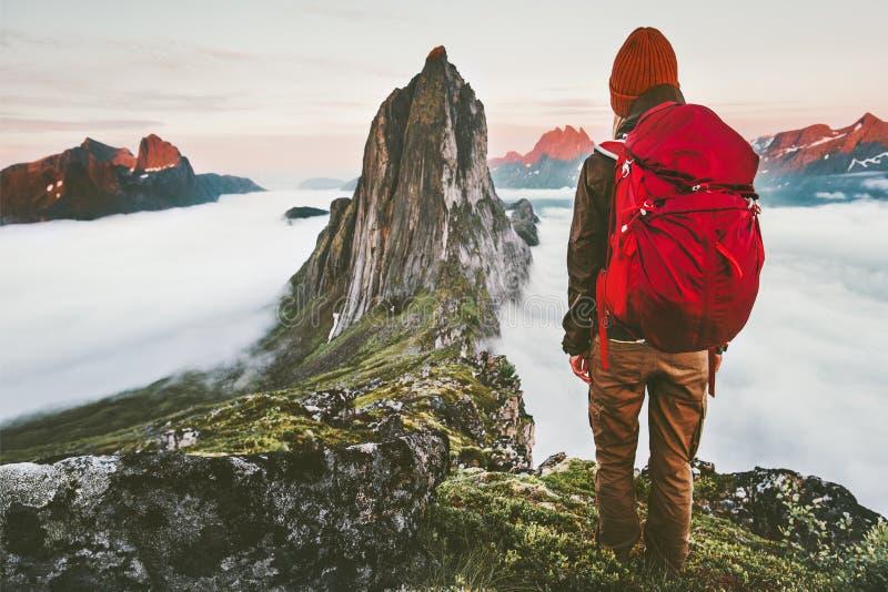 有远足冒险的背包的室外假期妇女游人室外在挪威活跃假期旅行的生活方式日落Segla 库存图片