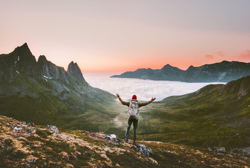 有远足在单独山的背包的旅游人 库存照片