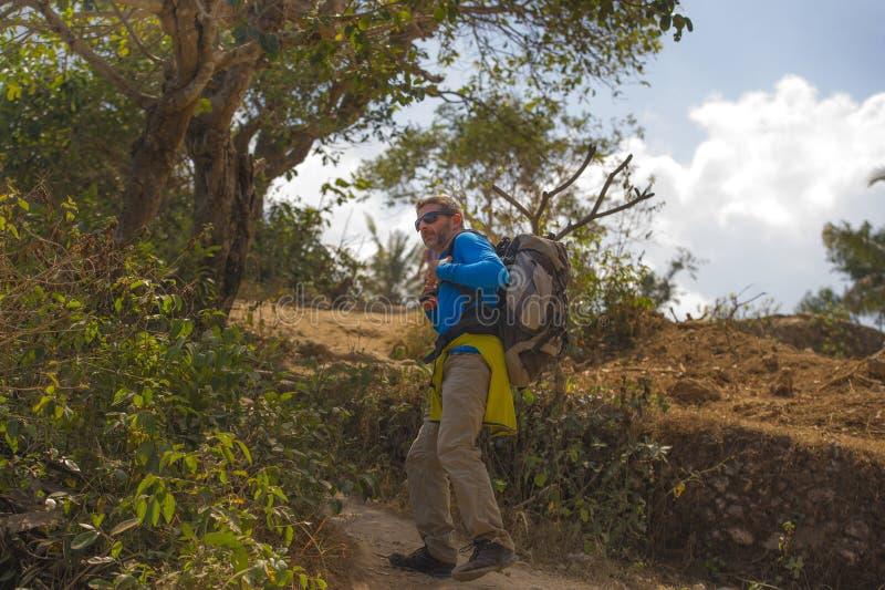 有远足在山感觉自由享用的旅行逃走的迁徙的背包的年轻愉快和可爱的运动的徒步旅行者人 图库摄影