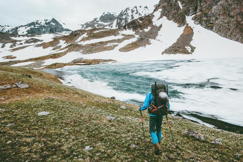 有远足在山的背包的人 库存图片