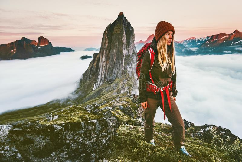 有远足在日落山的背包的妇女冒险 库存照片