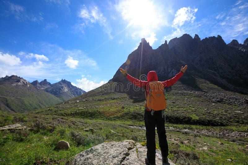 有远足在高处山的背包的远足者 图库摄影