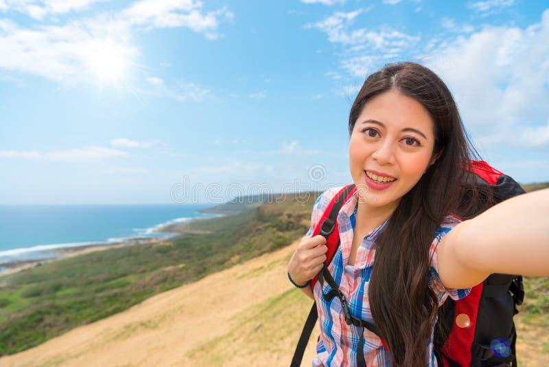 有远足的设备Selfie微笑的妇女 免版税库存图片