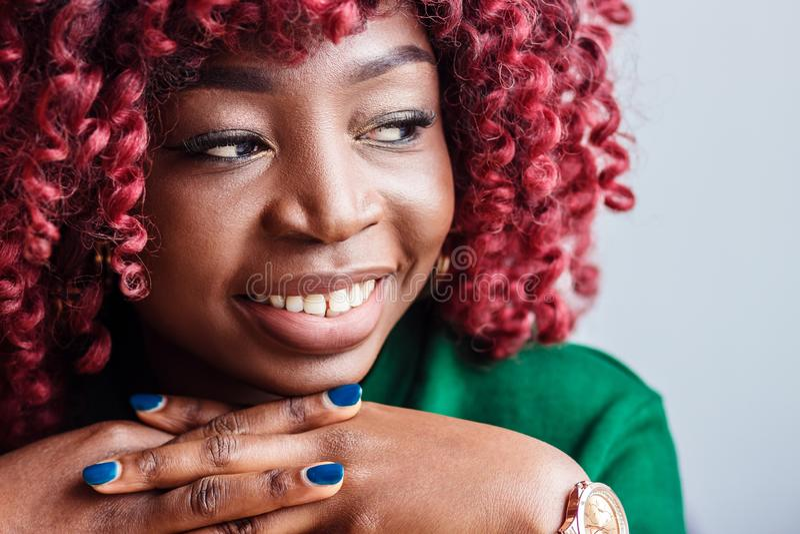 人们和休闲 有迷人的年轻非洲的女性休息户内,看与逗人喜爱的沉思微笑