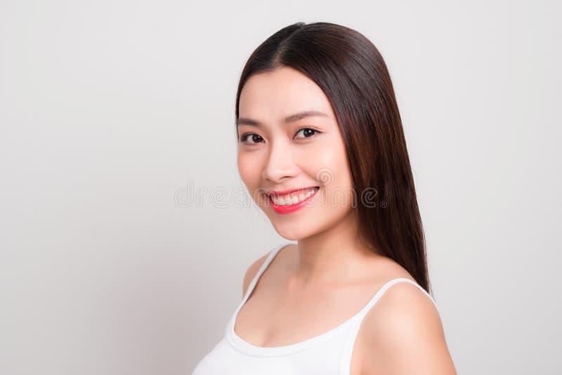 有迷人的微笑的秀丽妇女对您有健康皮肤的,牙 免版税库存图片