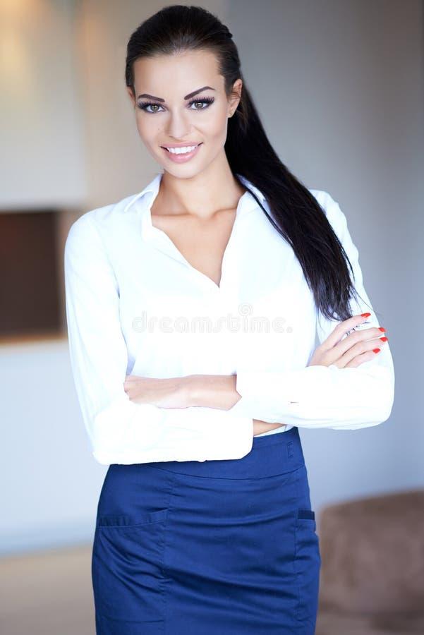 有迷人的微笑的美丽的确信的妇女 免版税库存图片