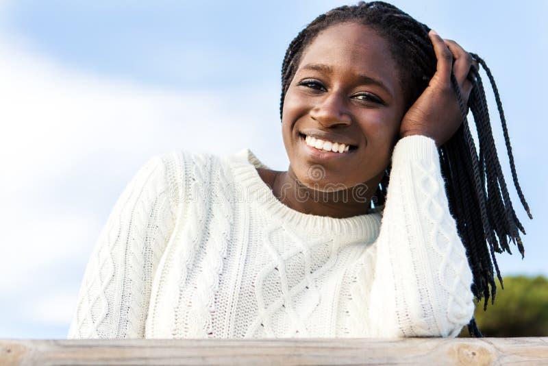 有迷人的微笑的逗人喜爱的非洲青少年的女孩 库存图片
