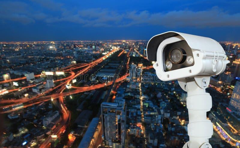 有迷离城市的CCTV在背景中 免版税图库摄影