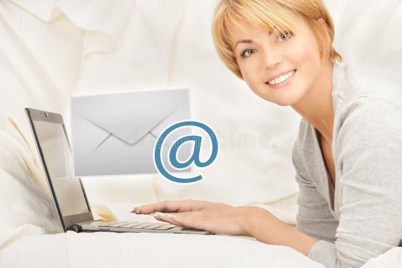 有送电子邮件的便携式计算机的妇女 库存图片
