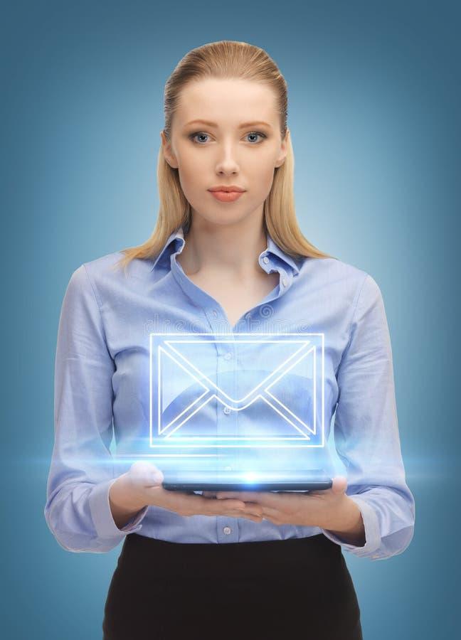 有送电子邮件的片剂个人计算机的妇女 库存图片