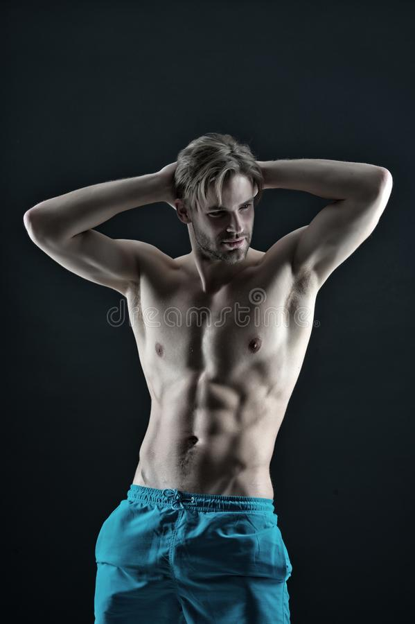 有适合身体的运动员简而言之 有性感的躯干和胸口人的运动员有六块肌肉和ab的干涉 训练和 免版税库存图片