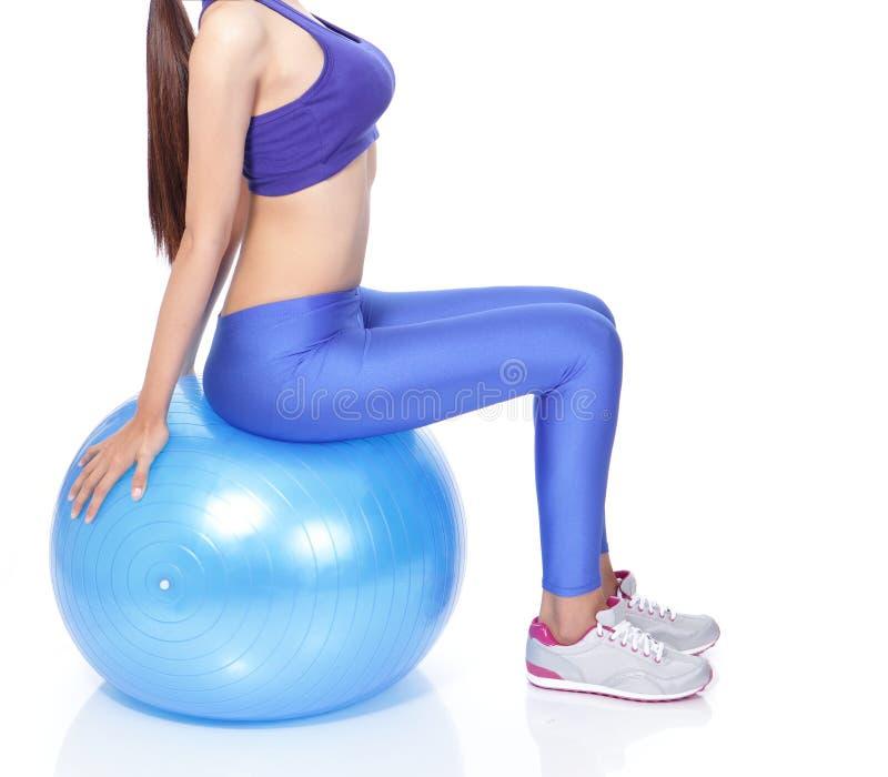 有适应球的理想的妇女身体 免版税库存图片