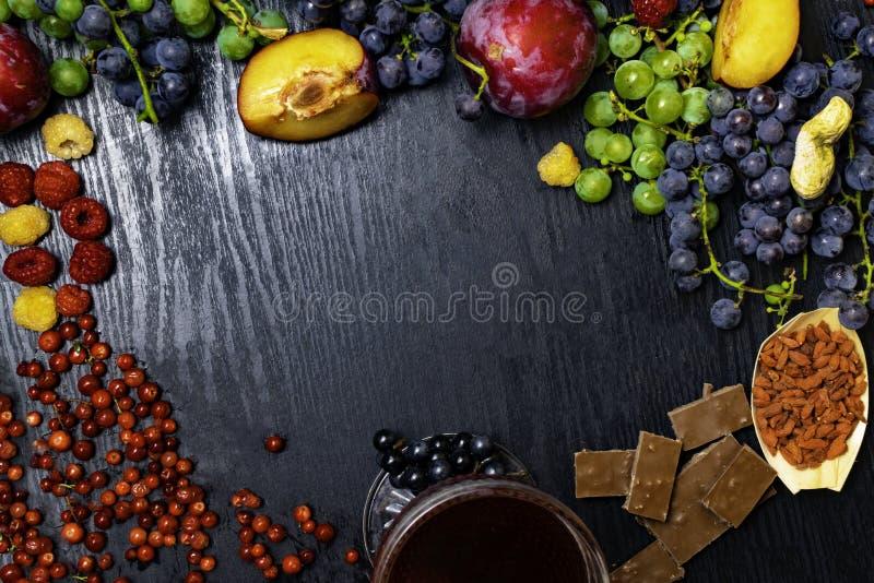 有逆转醇、葡萄、李子、goji、花生、蔓越桔、raspberrys、黑暗的巧克力、红葡萄酒或者石榴汁的食物富有 库存图片