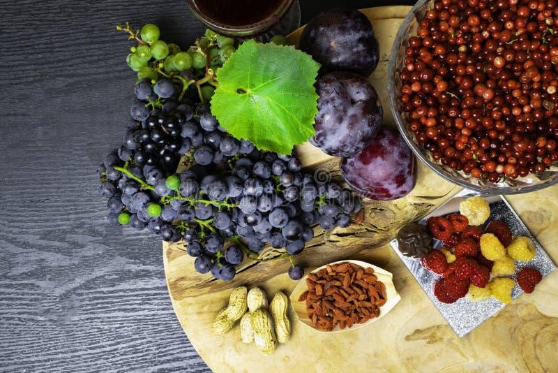 有逆转醇的食物富有,葡萄,李子, goji,花生,蔓越桔, raspberrys,黑暗的巧克力,石榴汁 库存图片