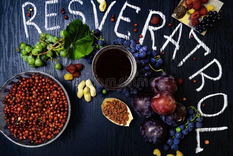 有逆转醇的食物富有,葡萄,李子, goji,花生,蔓越桔, raspberrys,黑暗的巧克力,红葡萄酒 免版税图库摄影