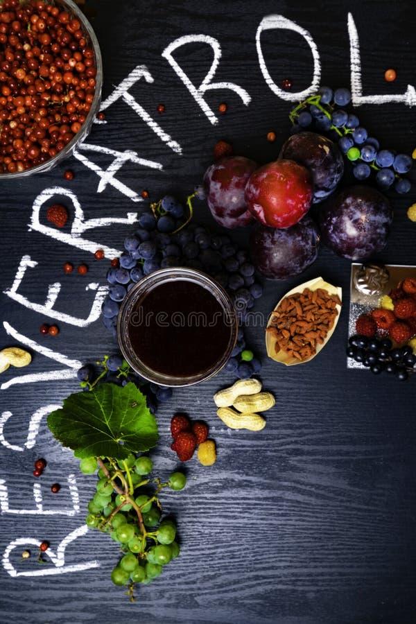 有逆转醇的食物富有,葡萄,李子, goji,花生,蔓越桔, raspberrys,黑暗的巧克力,红葡萄酒 库存照片