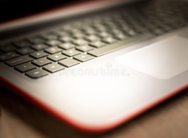 有选择聚焦的膝上型计算机键盘在钥匙和软和温暖的背景 免版税库存照片
