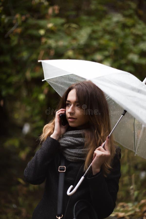 有透明伞的女孩 库存照片