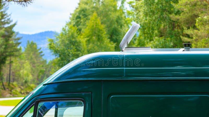 有透气的露营车汽车在屋顶 免版税图库摄影