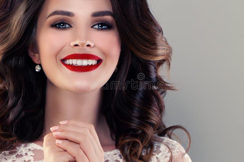 有逗人喜爱的健康微笑的微笑的式样妇女 俏丽特写镜头的表面 免版税库存照片