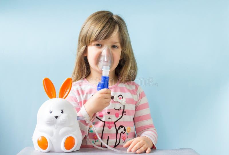 有逗人喜爱的小孩的女孩容易的咳嗽的吸入在家 过敏和医疗保健概念 r 库存照片