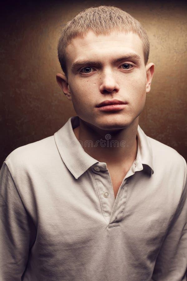 有逗人喜爱的斑点的英俊的红发少年男孩 免版税库存照片